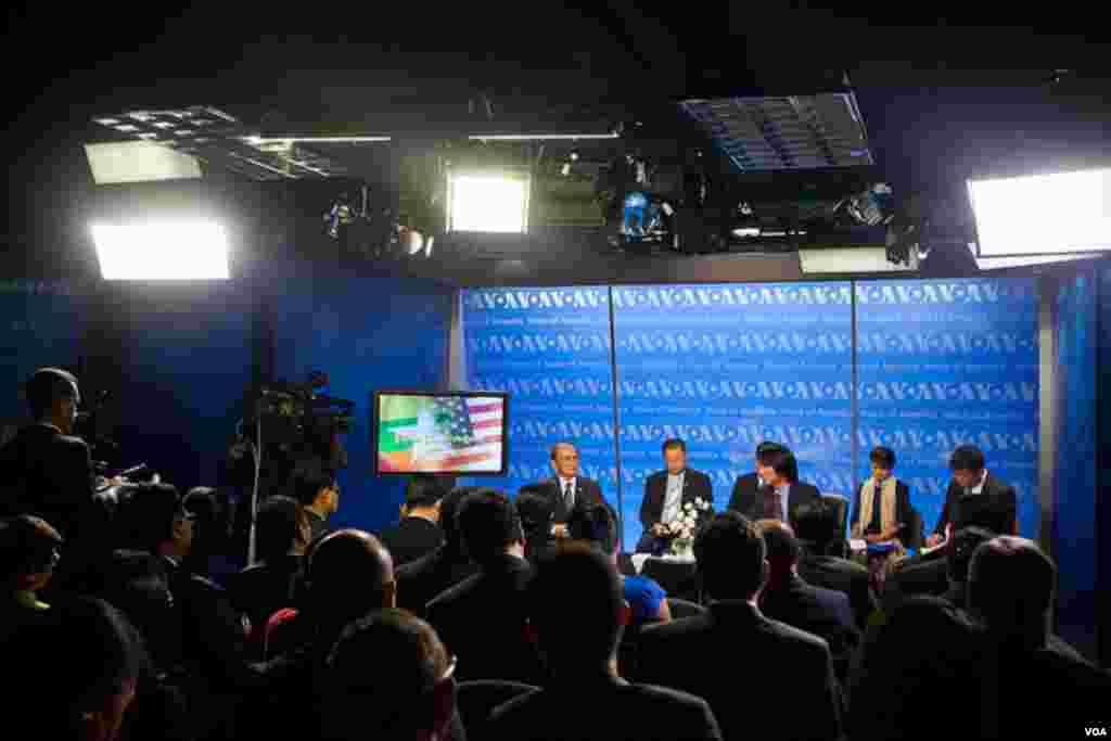 缅甸总统吴登盛5月19号访问美国之音(美国之音艾莉森·克莱因拍摄)