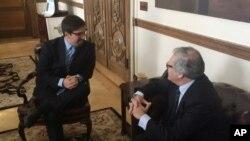 El secretario general de la Organización de Estados Americanos (OEA), Luis Almagro, acoge al congresista venezolano Freddy Guevara en la sede de la OEA en Washington.