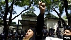Al Yazira anunció que su oficina fue asaltada y tanto la oficina como los equipos que contenía fueron quemados.