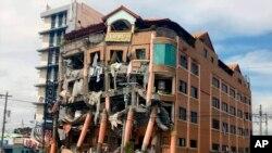 Un hôtel endommagé par un fort tremblement de terre à Kidapawan, dans le nord de la province de Cotabato, aux Philippines, jeudi 31 octobre 2019. (AP)