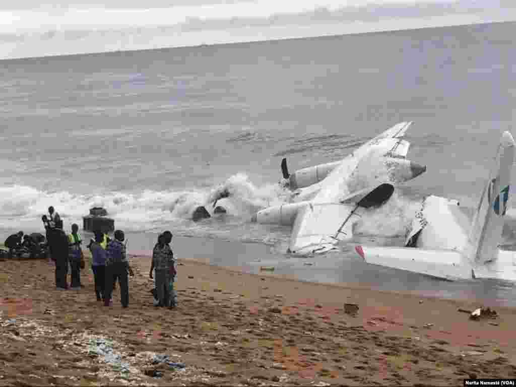 L'épave d'avion coupée en deux au bord de la mer au Port Bouet, au large d'Abidjan, Côte d'ivoire, 14 octobre 2017. (VOA/Narita Namasté)