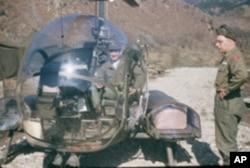 斯塔尔(直升机中)在韩战中当军医