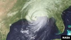 После того, как ураган покинул Флориду, он во второй раз ударил по американскому побережью - на границе штатов Луизиана и Миссиссипи