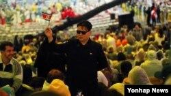 브라질 리우데자네이루 마라카낭 주경기장에서 21일(현지시간) 진행된 올림픽 폐회식에서 김정은 북한 국무위원장으로 분장한 관람객이 포즈를 취하고 있다.