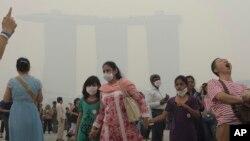 Kabut asap dari kebakaran hutan di Indonesia menyelimuti Marina Bay Sands Hotel di Singapura, Juni 2013. (Foto: Dok)