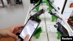 顾客在测试HTC智能手机 (资料照片)