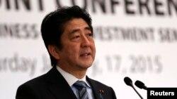 Thủ tướng Nhật Bản Shinzo Abe phát biểu tại 1 hội nghị về kinh doanh và đầu tư ở Cairo, 17/1/2015.