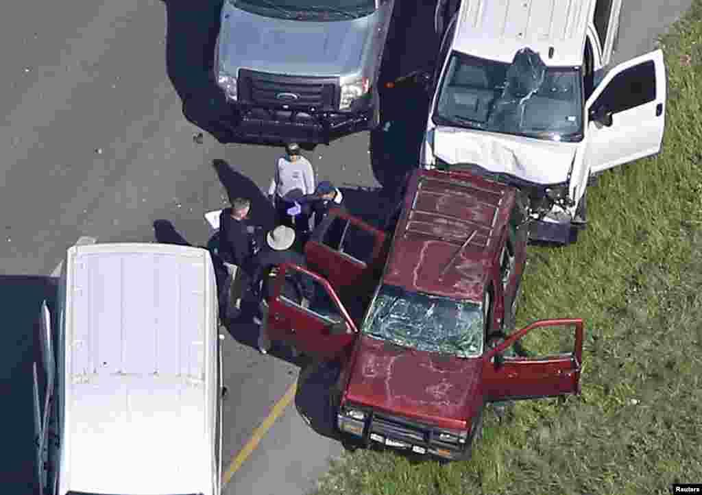 پلیس می گوید مظنون بمبگذاری های اخیر در ایالت تگزاس وقتی شناسایی شد و تحت تعقیب بود، خود را در ماشین منفجر کرد. او جعبه های بمب را برای برخی افراد می فرستاد.