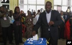 Le président Joseph Kabila vote à Kinshasa, le 28 nov. 2011