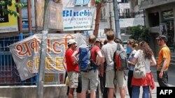 Một nhóm du khách trẻ trên đường Lazimpat ở thủ đô Kathmandu của Nepal ngày 8/5/2010