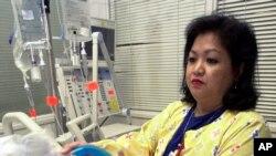 Фото: медпрацівниця демонструє апарат штучного дихання