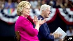 前总统比尔·克林顿在费城天普大学和夫人希拉里·克林顿同台,为她助选。(2016年7月29日)