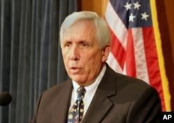 在开幕式上发言的沃尔夫众议员 (资料照片)