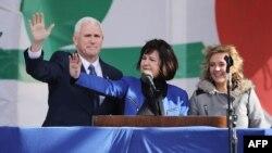 El vicepresidente Mike Pence, su esposa Karen Pence y su hija Charlotte la Marcha por la Vida en la Alameda Nacional en Washington.