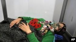 En esta foto de la agencia oficial de noticias siria SANA, una mujer recibe oxígeno luego de un presunto ataque químico en al-Khalidiya, Alepo, Siria. Sábado, 24 de noviembre de 2018.
