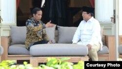 Presiden Joko Widodo berbincang bersama Ketua Umum Partai Gerindra Prabowo Subianto di teras Istana Merdeka, Jakarta hari Kamis, 17/11. (Foto: Biro Pers Istana).