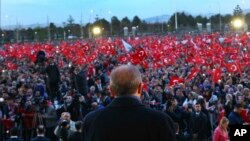 Le président turc Recep Tayyip Erdogan prononçant un discours au lendemain du référendum, devant le palais présidentiel, à Ankara en Turquie, le 17 avril 2017.