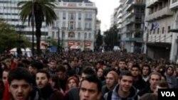 Sebuah demonstrasi di Athena yang terjadi pekan lalu. Protes seperti ini sering terlihat di jalanan kota-kota Yunani, sejak krisis ekonomi mulai melanda negara ini.