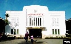 Stasiun Tugu, salah satu tengara utama di Yogyakarta. (Foto: VOA/Nurhadi)