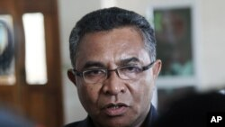 Perdana Menteri Timor Leste yang baru, Rui Mario de Araujo berbicara dengan media East Timorese health minister Rui Araujo talks to the media after his meeting with President Taur Matan Ruak in Dili, East Timor, Wednesday, Feb. 11, 2015. Araujo was appointed as the country's new prime minister to replace independence hero Xanana