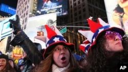 뉴욕 맨해튼 타임스퀘어에 모인 새해맞이 관람객들