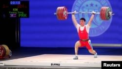 미국 휴스톤에서 열린 2015 세계역도선수권 대회 남자 77kg급 경기에서 북한의 김광성 선수가 역기를 들어올리고 있다.