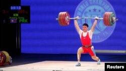 미국 휴스톤에서 열리고 있는 2015 세계역도선수권 대회 남자 77kg급 경기에서 북한의 김광성 선수가 역기를 들어올리고 있다.