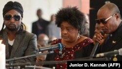 Alanga nzembo Tshala Muana kati na Koffi Olomide (D) na Werrason (L) na Kinshasa, le 30 novembre 2013.