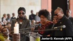 La chanteuse Tshiala Muana (au centre), avec Koffi Olomide (à dr.) et Werrason (à g.) lors d'une cérémonie en l'honneur de feu le musicien Tabu Ley Rochereau, au Palais du peuple à Kinshasa, le 9 décembre 2013.