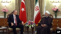 7일 테헤란을 방문한 하산 로하니 이란 대통령(오른쪽)이 터키의 레세프 타이이프 에르도안 대통령과 회동했다.