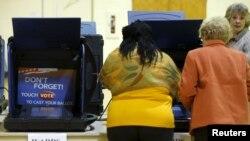 미국 사우스캐롤라이나 주 콜럼비아의 한 교회에 마련된 예비선거 투표소에서 유권자들이 투표하고 있다.