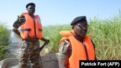 Des soldats camerounais patrouillent le lac Tchad le 1er mars 2013 près de Darak, près de la frontière nigériane.
