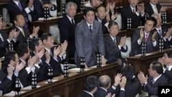 Pemimpin Partai Demokrasi Liberal Jepang, Shinzo Abe, memberi hormat kepada majelis rendah parlemen Jepang, sesaat setelah ditetapkan sebagai PM Jepang yang baru di Tokyo (26/12).