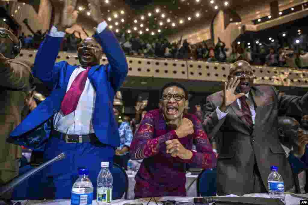 សមាជិកសភាប្រទេសស៊ីមបាវ៉េអបអរសាទរបន្ទាប់ពីប្រធានាធិបតី Robert Mugabe លាលែងក្នុងទីក្រុង Harare។