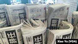 日本报刊登载安倍首相宣布辞职的消息 (美国之音驻日本特约记者小玉提供)
