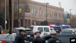 Cảnh sát địa phương và liên bang kéo tới Trường Trung học Great Mills, địa điểm vụ xả súng sáng Thứ Ba 20.3/2018. (AP Photo/Alex Brandon)