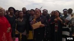Matan Cibok wanda suka kai kukansu Majalisar Kasa a birnin Abuja dake Najeriya, domin bayyana kukan rashin kulawa da neman dalibai da aka sace.