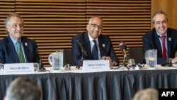 Le président de la Fédération de football des Etats-Unis, Carlos Cordeiro (au centre) et son homologue mexicain Decio de Maria (à gauche) et son homologue canadien (à gauche), à Copenhague, le 3 mai 2018.