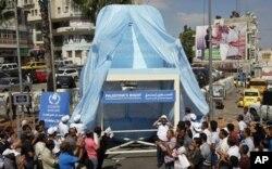 Sous des applaudissements nourris, un siège symbolique est dévoilé le 20 septembre 2011 à Ramallah, en appui à la demande d'adhésion à l'ONU