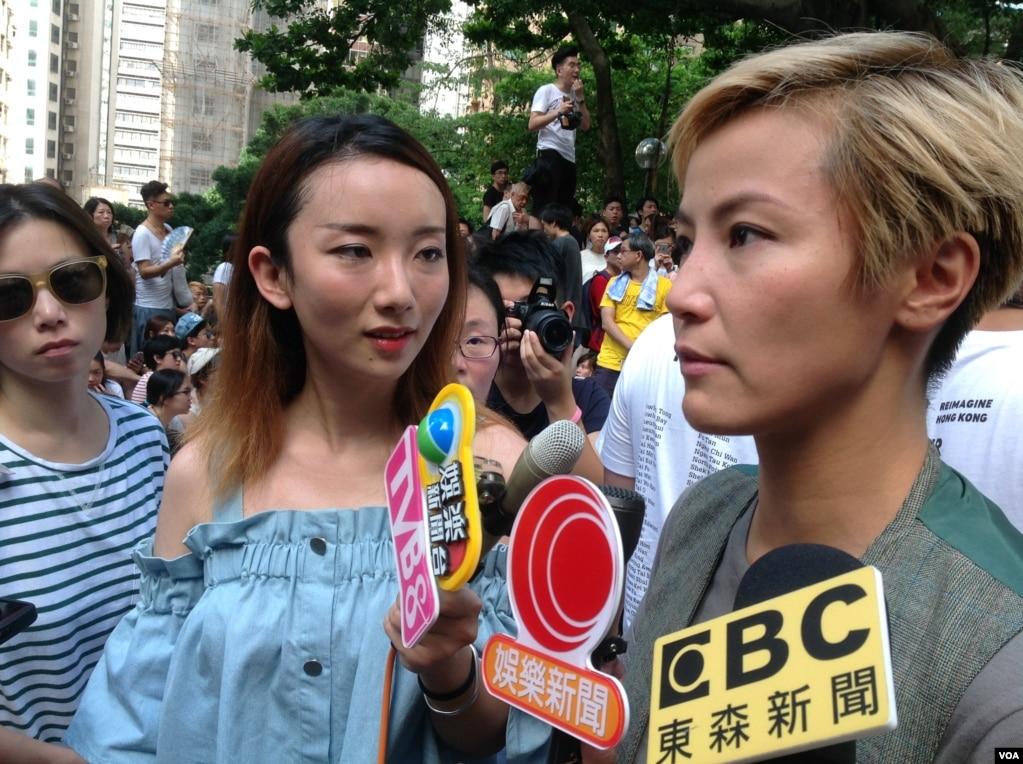 """香港藝人何韻詩(右)在她舉辦的""""有種的漂亮The Beauty of WE""""音樂會和社區文化活動中接受采訪(2016年6月19日,美國之音海彥拍攝)。 何韻詩曾經積極參與香港要求普選的""""雨傘運動"""",並且和達賴喇嘛會面,被指責為支持香港獨立。"""