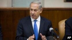 Israeli Prime Minister Benjamin Netanyahu gestures as he speaks at the weekly cabinet meeting in his Jerusalem office, Sept. 8, 2013.