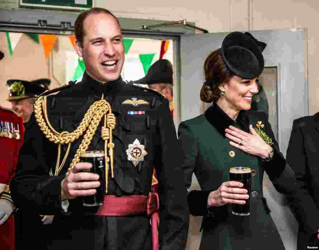 ព្រះអង្គម្ចាស់William នៃចក្រភពអង់គ្លេស និងម្ចាស់ក្សត្រីCatherine ឈរដោយមានស្រា Guinness នៅក្នុងដៃ នៅពេលពួកគេទៅសួរសុខទុក្ខទាហានថ្នើរជើងកងពលទី១ នៅកន្លែងស្រស់ស្រូបអាហារបន្ទាប់ពីពិធីដើរក្បួនក្នុងទីវាSt Patrick នៅបន្ទាយទាហានCavalry Barracks ក្នុងទីក្រុងHounslow ប្រទេសអង់គ្លេស។