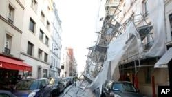 Un andamio en París destruido por una violenta tormenta invernal con ráfagas de hasta 164 kms que ha afectado la mayor parte de Europa Occidental y que dejó unas 200.000 personas sin electricidad en todo el país, incluidas 30.000 en la capital francesa.