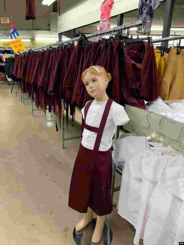 La venta de uniformes que usan los escolares en Cuba es quizás una de las mayores rarezas de esta tienda ubicada en Hialeah, la ciudad de EE.UU. donde vive el mayor número de cubanos exiliados.