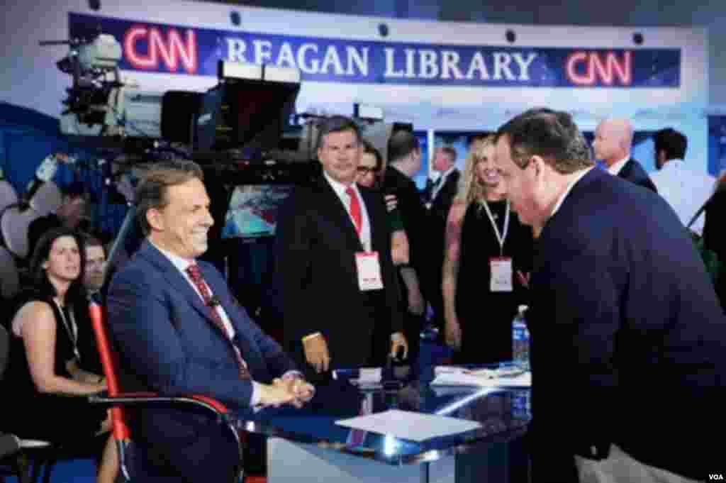 """قبل از آغاز مناظره، """"کریس کریستی"""" یکی از نامزدها، با """"جیک تَپر"""" مجری اصلی مناظره گفت و گو می کند."""