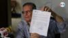 Alfredo César, representante del Partido Conservador muestra la hoja de cancelación a la personería jurídica. [Foto Houston Castillo/VOA].