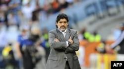 L'entraîneur de l'Argentine Diego Maradona réagit lors du quart de finale de la Coupe du monde 2010 Argentine - Allemagne au stade Green Point du Cap, en Afrique du Sud, le 03 juillet 2010.