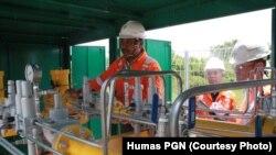 Petugas PT Perusahaan Gas Negara (Persero) Tbk. (PGN) sedang melakukan pengecekan final sesaat sebelum pengaliran gas di Kawasan Industri JIIPE di Gresik, Jawa Timur, Selasa, 6 Maret 2018. (Foto: Humas PGN)