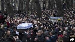3일 모스크바 안드레이 사하로프 인권센터에서 러시아 야권 지도자 보리스 넴초프의 장례식이 치뤄진 가운데, 관이 이동하는 주변에서 조문객들이 박수를 치고 있다.