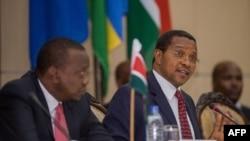 ປະທານາທິບໍດີ ແທນຊາເນຍ ທ່ານ Jakaya Kikwete ກ່າວຖະແຫລງ ໃນກອງປະຊຸມສຸດຍອດ ພິເສດ ປະຊາຄົມ ອາຟຣິກາຕາເວັນອອກ ກ່ຽວກັບ ວິກິດການໃນບູຣຸນດີ ຢູ່ທີ່ ຕຶກລັດຖະບານ ໃນນະຄອນຫຼວງ Dar es Salaam ປະເທດ Tanzania, ວັນທີ 13 ພຶດສະພາ 2015.